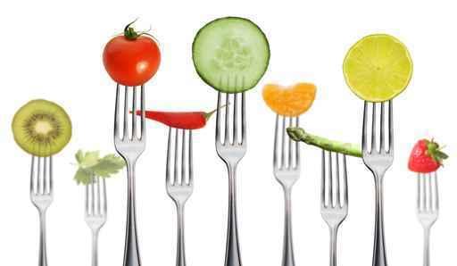 viele Gabeln mit Obst und Gemüse